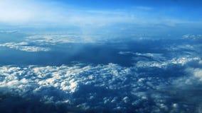Härliga moln till och med ett flygplanfönster - RL-panna stock video