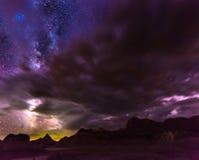 Härliga molniga nattBadlands South Dakota royaltyfri fotografi