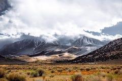 Härliga molniga Sierra Nevada royaltyfri fotografi
