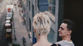 Härliga multietniska romantiska par som går ner metallisk New York City trappa som rymmer händer, fantastisk gatapanorama lager videofilmer