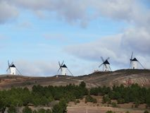 Härliga mycket gamla väderkvarnar och, som beskriver ett mycket spanskt landskap royaltyfria foton