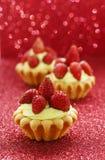Härliga mycket små muffin med lösa jordgubbar Royaltyfri Fotografi