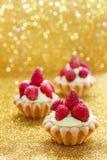 Härliga mycket små muffin med lösa jordgubbar Royaltyfria Bilder