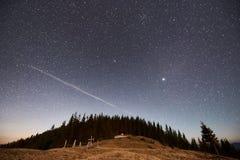 Härliga natthimlar ovanför berg Arkivfoton