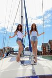 Härliga naturliga kvinnaflickor på seglingyachten Royaltyfria Foton