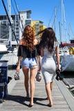 Härliga naturliga kvinnaflickor på seglingyachten Royaltyfri Foto