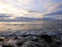 Härliga naturliga stenar på kusten för baltiskt hav, Litauen royaltyfria foton