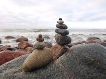 Härliga naturliga stenar står högt på kusten för det baltiska havet, Litauen royaltyfri foto