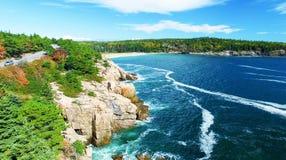 Härliga nedgångfärger av Acadia, Maine Flyg- sikt från helicop Royaltyfri Bild