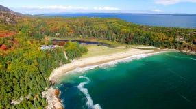 Härliga nedgångfärger av Acadia, Maine Flyg- sikt från helicop Royaltyfri Fotografi