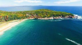 Härliga nedgångfärger av Acadia, Maine Flyg- sikt från helicop Fotografering för Bildbyråer