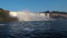 Härliga Niagara Falls och regnbåge över den arkivfilmer