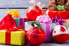 Härliga nya år leksaker och färgrika gåvor Royaltyfria Bilder