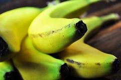 Härliga, nya organiska gula bananer Arkivbild