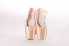 Härliga nya pointeskor för balett Arkivfoton