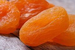 Härliga nya torkade aprikors tätt upp på en gammal trätabell. Fotografering för Bildbyråer
