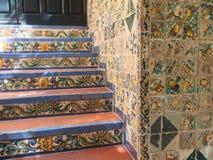 Härliga och färgrika dekorativa tegelplattor på trappuppgången och väggen royaltyfri fotografi