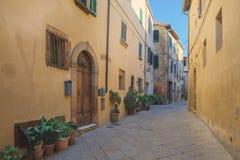 Härliga och färgrika gator av den lilla och historiska Tuscan byn Pienza, Italien 2 Royaltyfri Fotografi