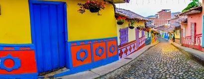 Härliga och färgrika gator i Guatape som är bekant Fotografering för Bildbyråer