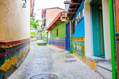 Härliga och färgrika gator i Guatape som är bekant som stad av Zocalos colombia royaltyfri foto