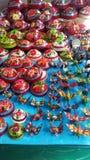 Härliga och färgrika sluga cocos och bilslagställningar sålde i Quetzala, Guerrero, Mexico arkivbild