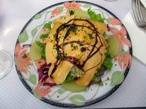 Härliga och läckra salladFoie gras, franskt recept arkivbild