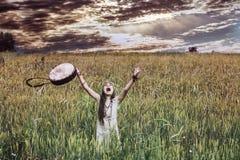 Härliga och lyckliga små behandla som ett barn flickan i natur med en musikal in Arkivbilder
