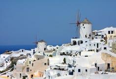 Härliga Oia i Santorini, väderkvarnar Fotografering för Bildbyråer