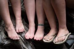 Härliga oigenkännliga tonårs- kvinnligben Arkivfoto