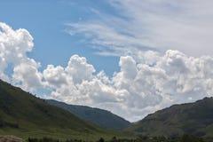 härliga oklarhetsberg över Arkivfoto