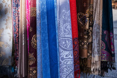 Härliga orientaliska sjalar på marknaden i Sarajevo Arkivbild