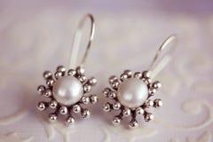 Härliga pärlemorfärg örhängen Royaltyfri Foto