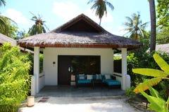 Härliga palmträd med den lyxiga bungalowen över vattnet Exotisk loppturism och semesterdestinationsbegrepp royaltyfri foto