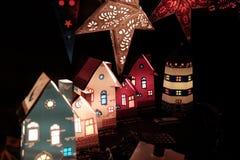 Härliga pappers- lampor ekologiskt trä för julgarneringar fotografering för bildbyråer