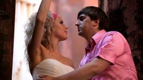 Härliga par av nygifta personer stock video