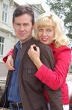 härliga par för ålder som kramar mitten fotografering för bildbyråer