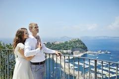Härliga par i bröllopdag i Naples, Italien Arkivfoton