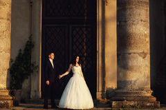 Härliga par i bröllopsklänning utomhus nära slotten Royaltyfri Bild