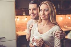 Härliga par i kök Arkivbild