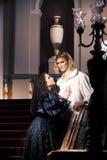 Härliga par i kläderen av det 18th århundradet Arkivbild