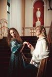 Härliga par i kläderen av det 18th århundradet Royaltyfria Foton
