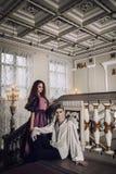 Härliga par i kläderen av det 18th århundradet Royaltyfria Bilder