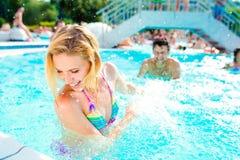 Härliga par i simbassängen arkivfoto