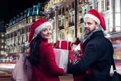 Härliga par i staden Arkivfoton