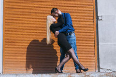 Härliga par på gatan arkivfoto