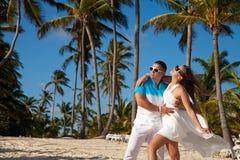 Härliga par på stranden i bröllopsklänning arkivbild