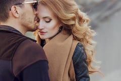 Härliga par som är förälskade på dag för valentin` s lyckligt barn för par arkivfoto