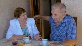Härliga par som är lyckliga tillsammans som talar på tabellen arkivfilmer