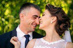 Härliga par som går i parkera i deras bröllopdag Royaltyfria Bilder