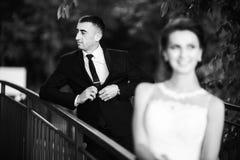 Härliga par som går i parkera i deras bröllopdag Arkivfoton